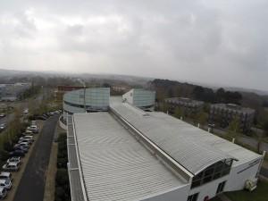 Prise de vue aérienne d'un bâtiment industriel réalisée lors d'une inspection de toiture