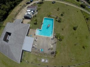 Prise de vue aérienne d'une maison avec son jardin et sa piscine